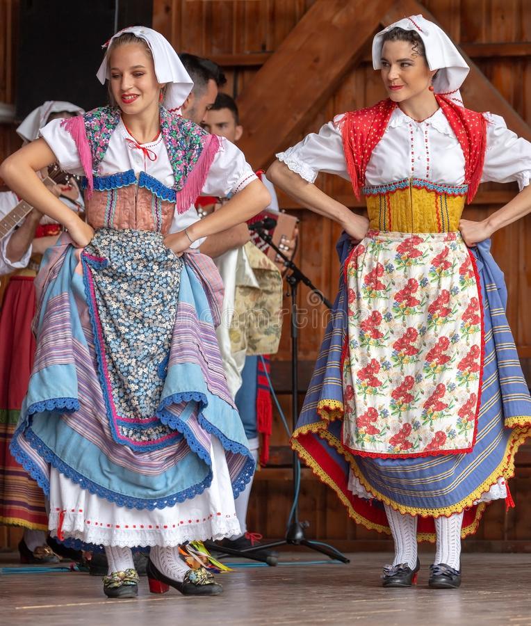 دانلود اهنگ ایتالیایی رقصی بیس دار غمگین و شاد خواننده زن قدیمی و جدید